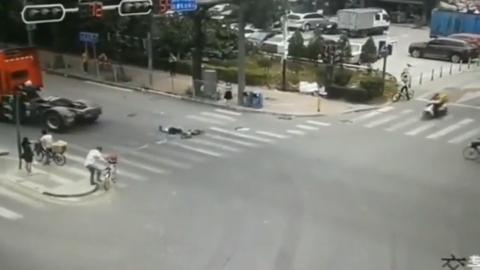 小伙骑电动车闯红灯,赶巧在大货车盲区,不死也残废了