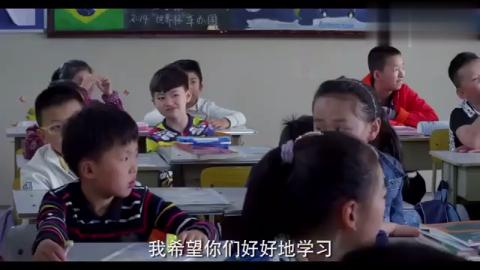 小女孩上课迟到后,谁知还教训起老师来,老实竟乖乖听她的话!