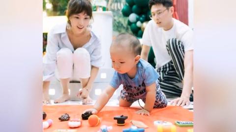 张嘉倪买超为小儿子庆1周岁  一家四口同框温馨有爱