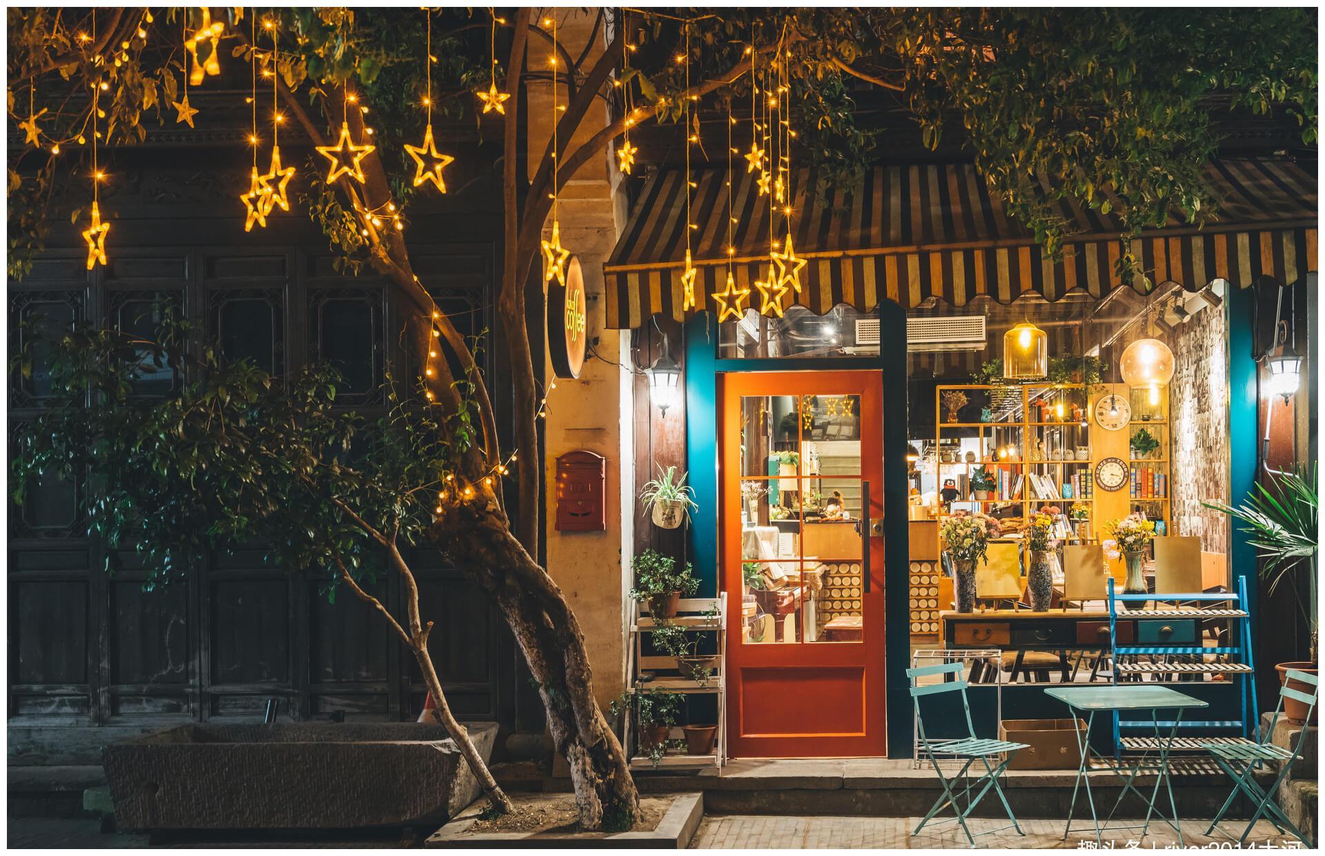 每座旅游城市都有一条美食街,这几条美食街游客比景区还多