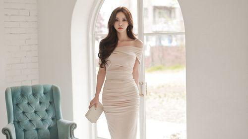 美女模特孙允珠高清美图:牛奶太妃调和丝锻一字领衣裙