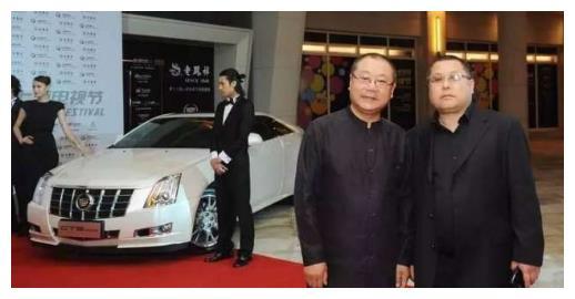 他跟刘德华是同龄人,演小品仅次于赵本山,如今座驾豪华