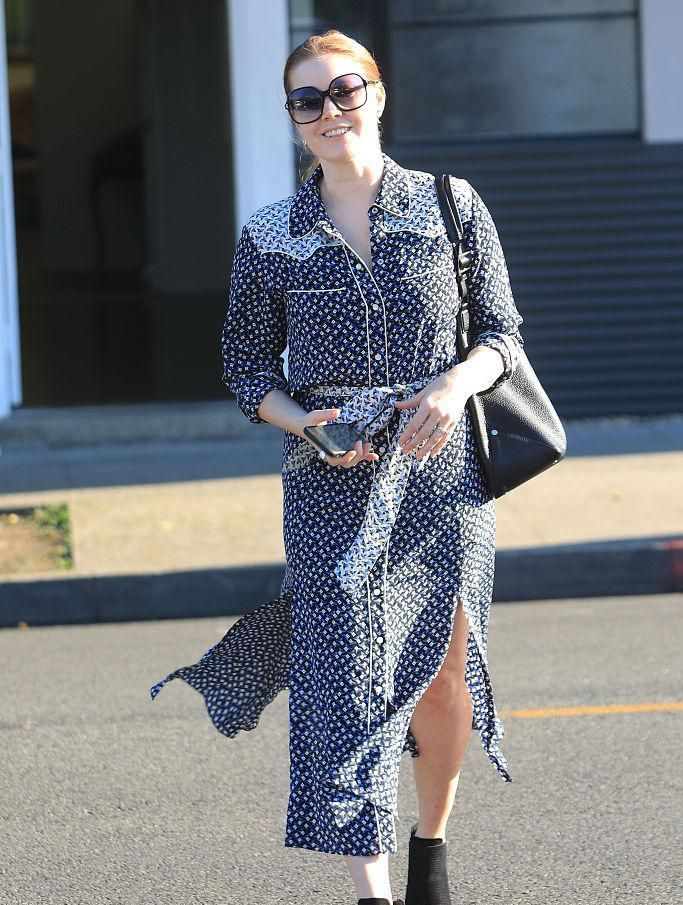艾米·亚当斯现身街头,一路手捂裙摆防走光