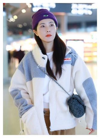 43岁曾黎真会穿,紫色毛线帽配羊羔毛外套,少女感说是25岁也信
