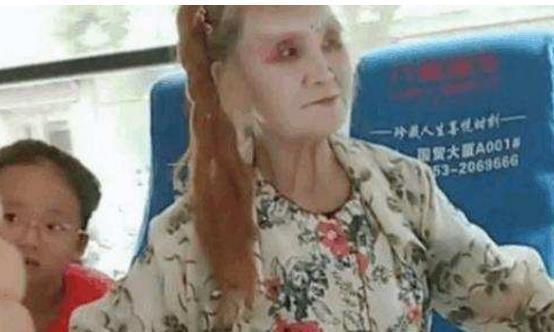 老太太乘坐公交车,孩子都被吓的直哭,老人的眼神儿,让我认怂了