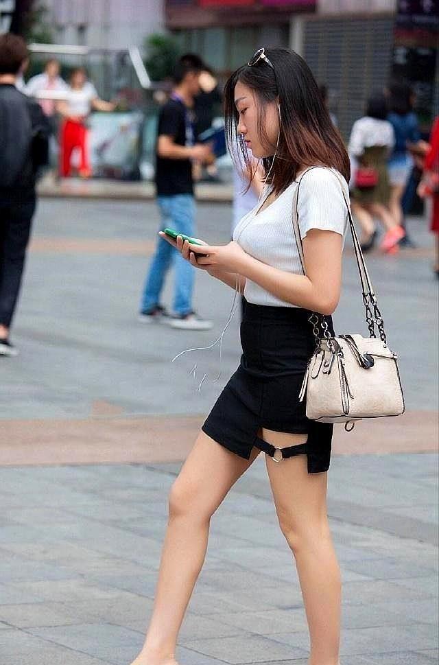 街拍:牛仔裤搭配V领上衣,小姐姐颜值高身材好,肌肤胜雪。