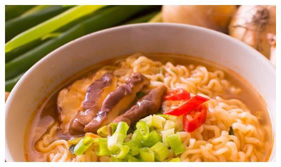 中国人吃泡面,韩国人吃泡面,日本人吃泡面,堪称一个天,一个地