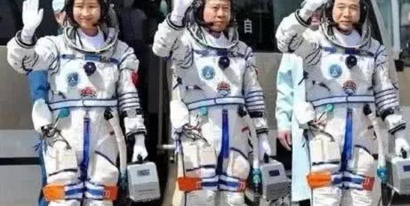 航天员出征前手里提的箱子,不带上太空,真相曝光!
