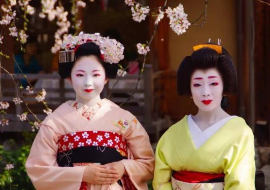 当你在日本的大街上看到一个白人女人时,不要随意拍照。