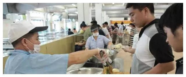 富士康这么多的员工每天都吃些什么饭菜,网友看完真的能惊呆你