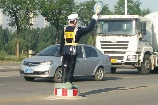"""""""交警""""频繁站岗,车主却希望取消:不是怕扣分,是怕这点"""