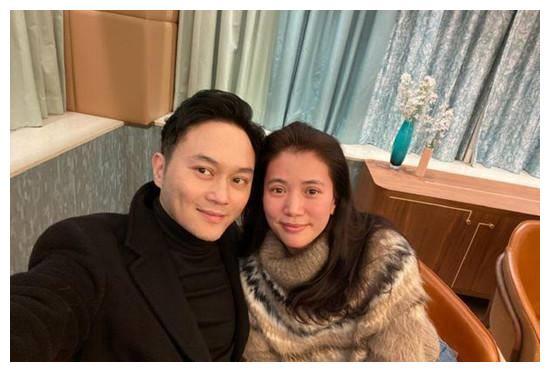 袁咏仪结婚19年还被宠溺,张智霖被赞贵圈好男人,咋做到的?