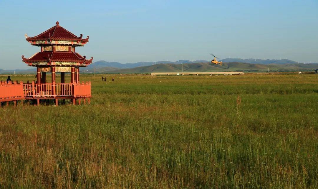 南光北影:坝闪电湖,秋初草原尚未完全变成金色。