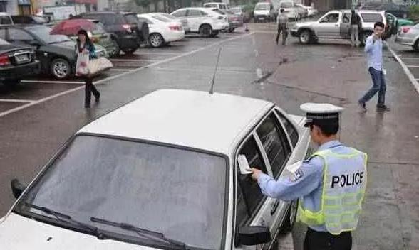 """交警提醒:没有停车位时,这3个方法可有效避免违停被贴""""罚单"""""""