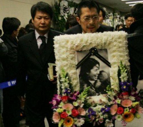 25岁女星李恩珠的葬礼,由金喜善、安在旭领衔200艺人灵前悼念!