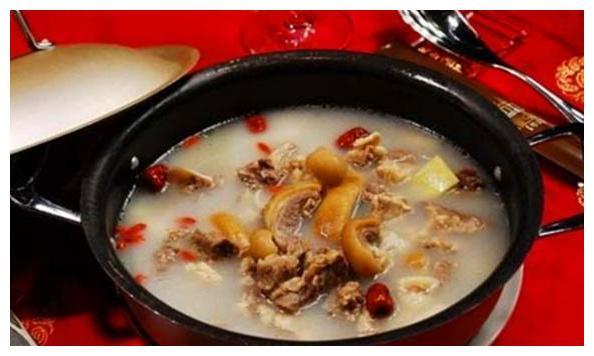 黑山羊火锅是云南丽江的一个特色美食菜,味道诱人