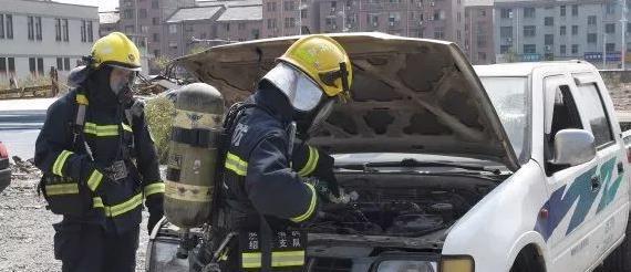 汽车自燃,不打开或全打开引擎盖灭火都不对!