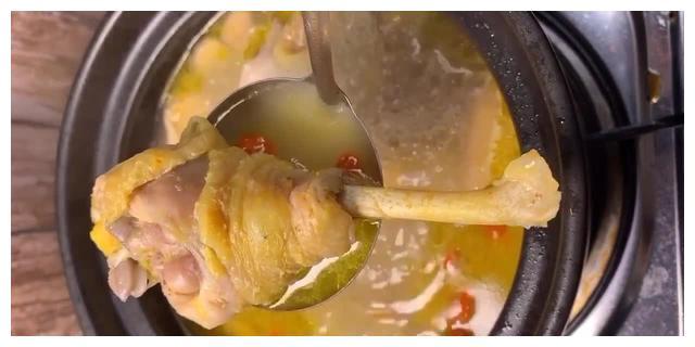 中药材炖母鸡汤,汤鲜味美香气四溢,肉嫩爽滑,传统配方营养滋补