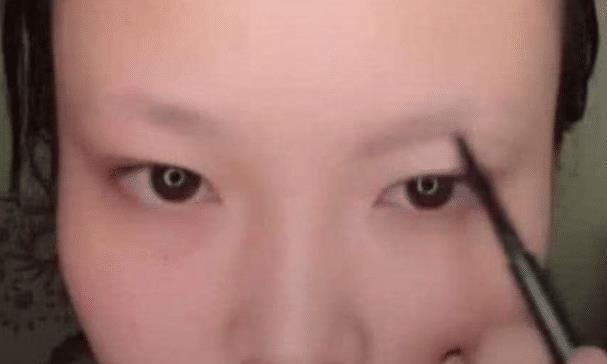"""美女化妆成""""马云"""",成品出来后,网友说""""可以刷支付宝了"""""""