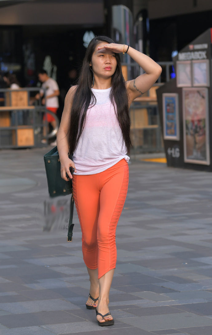 街拍:简洁的休闲裤,穿起来非常显身姿!