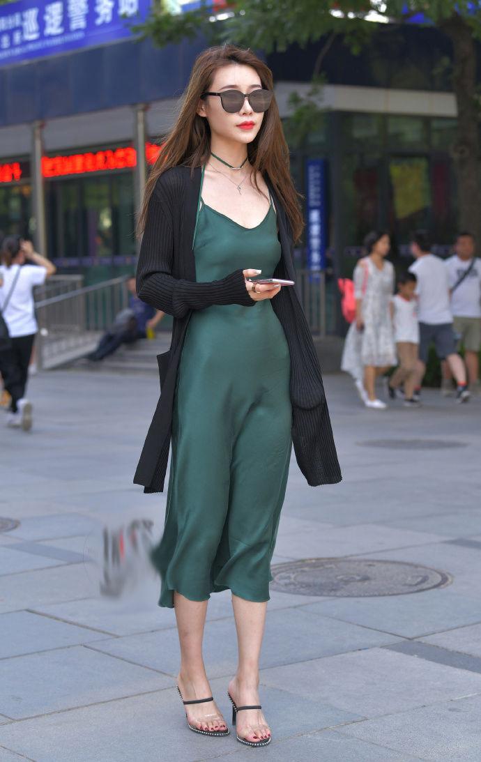 街拍:裙子可以展现你优美身姿的线条!