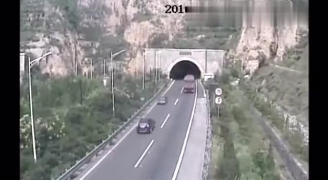 高速公路隧道口小车正准备进入隧道旁边监控拍到这个画面