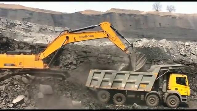 共47吨的柳工挖掘机,装坨坨的师傅看到都怕