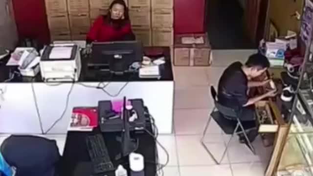 男子突然站起美女老板被吓惊慌失措监控拍下颤抖瞬间