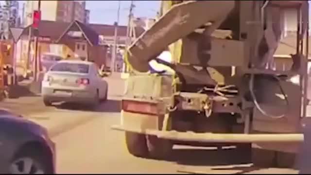 女司机开豪车抢道 水泥搅拌车司机路怒症彻底爆发