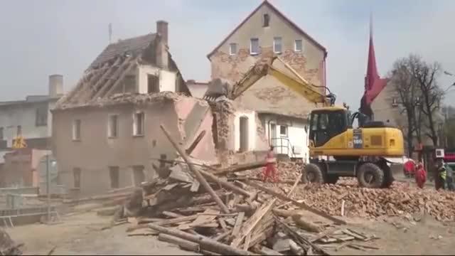挖掘机大型挖掘机拆房就是这么利索晚上一定请司机师傅吃个饭