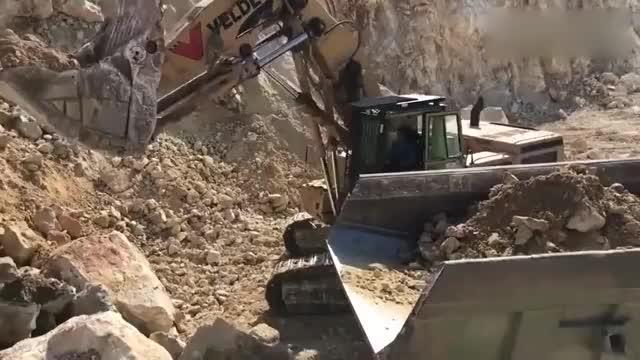 挖掘机大型挖掘机施工现场我相信男孩子们都爱看它