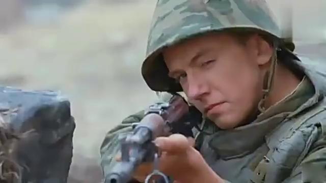 曳光弹引导高射炮轰击,俄军对付敌狙击手直接开出坦克用机枪扫射