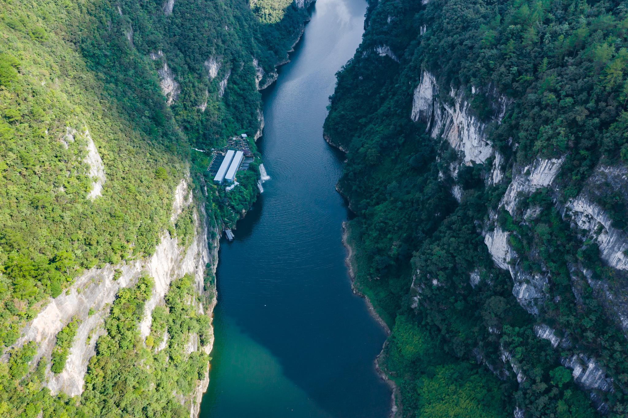 贵州大山悬崖下发现一户人家,车路不通只能乘船,真是仙境