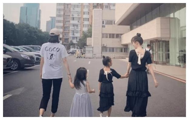 李小璐董璇一同带女儿游玩,6岁甜馨打扮成熟有点认不出