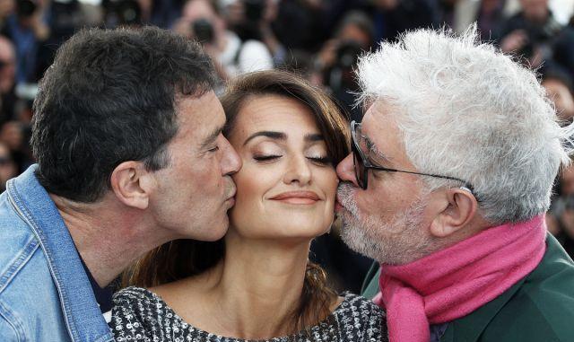 《痛苦与荣耀》发布会,佩内洛普·克鲁兹获导演、男主双面亲吻