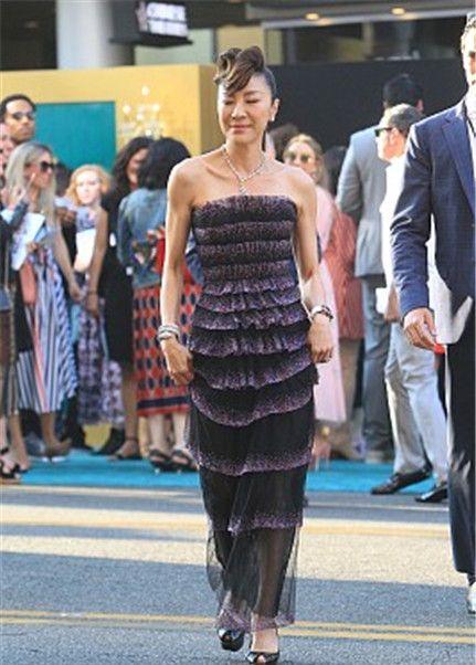 杨紫琼:亮钻抹胸透视纱裙,厚底鱼嘴鞋优雅高挑