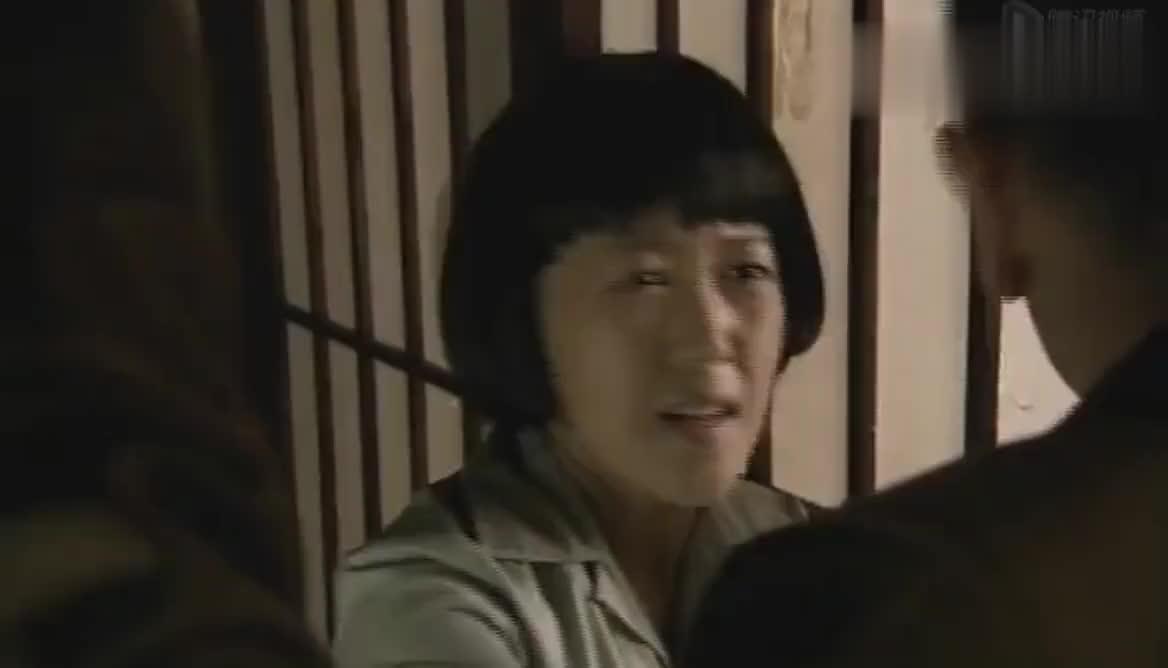 冈本从门缝中看到麦子和良子亲热,刚要出去阻止却被艺子拉住