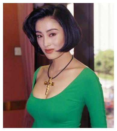 提起90年代的香港娱乐圈,可谓美人众出,许多明星都极为风光