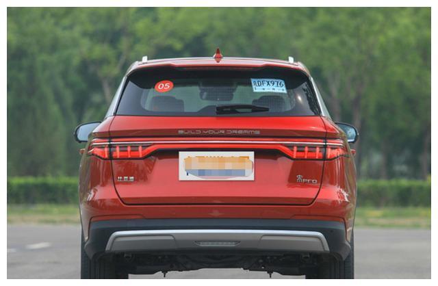 比亚迪宋Pro采用全新家族设计,内饰科技感十足,三款动力车型