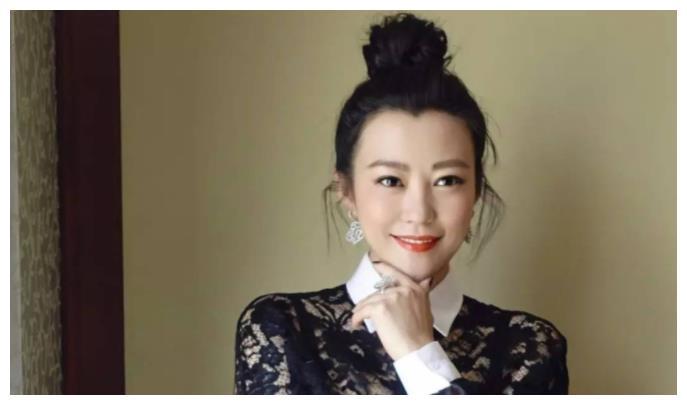 她是邓超前女友,曾为摄影展剃光头,二婚嫁圈外人刘烨生下双胞胎