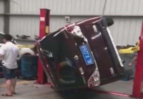 """汽车在4S店检修时竟然""""翻了车"""""""