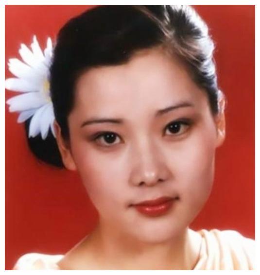 国家一级演员,18岁入行,父亲为她不二婚,现与儿子合照似姐弟