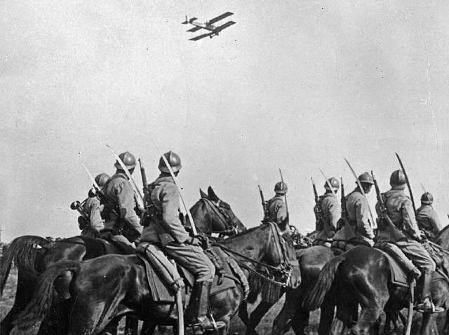 一战时各国飞行员集体玩儿骚操作,驾驶轰炸机向敌军头上投掷飞镖