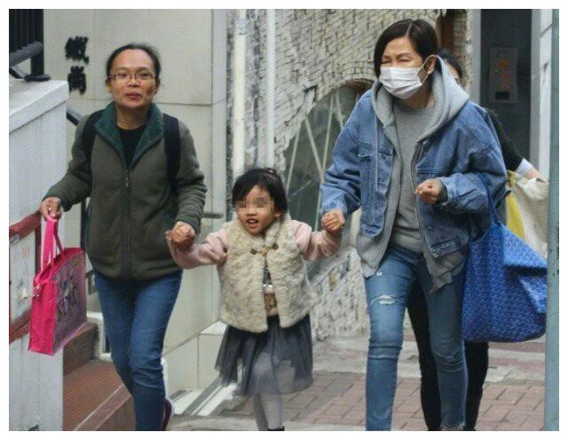 刘恺威妈妈接小糯米放学,小糯米长着苹果脸,走路气场十足!