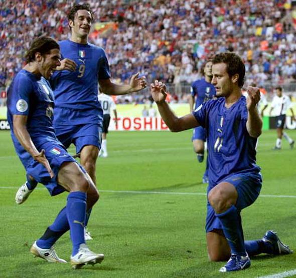 13年前今天世界杯小组赛意大利1比1美国 吉拉迪诺拉小提琴庆祝