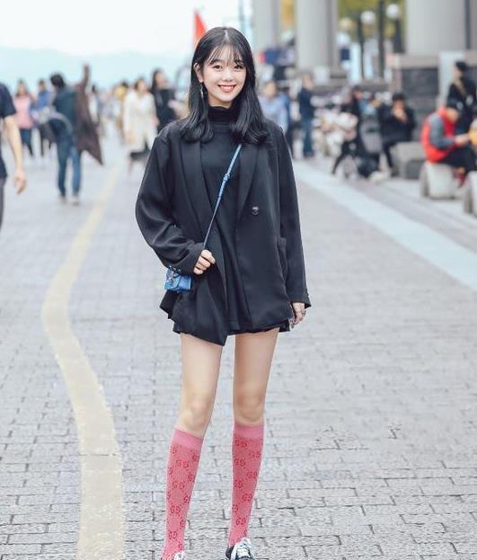 街拍:美女身材让人羡慕,优雅娉婷体态丰盈,一双大长腿太迷人了