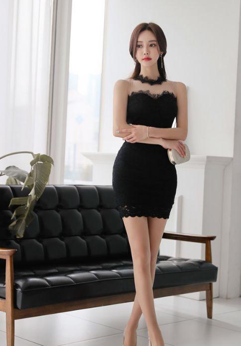 聚光灯下:穿着黑色紧身包臀裙的小仙女,气质优雅,很有女人味