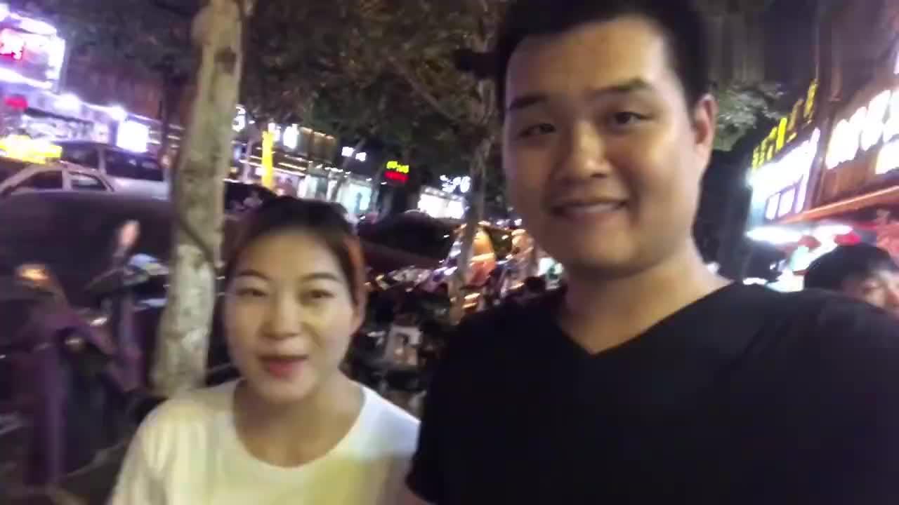 武汉万松园美食街吃生蚝挑战1小时吃完100个一年免费他做到了