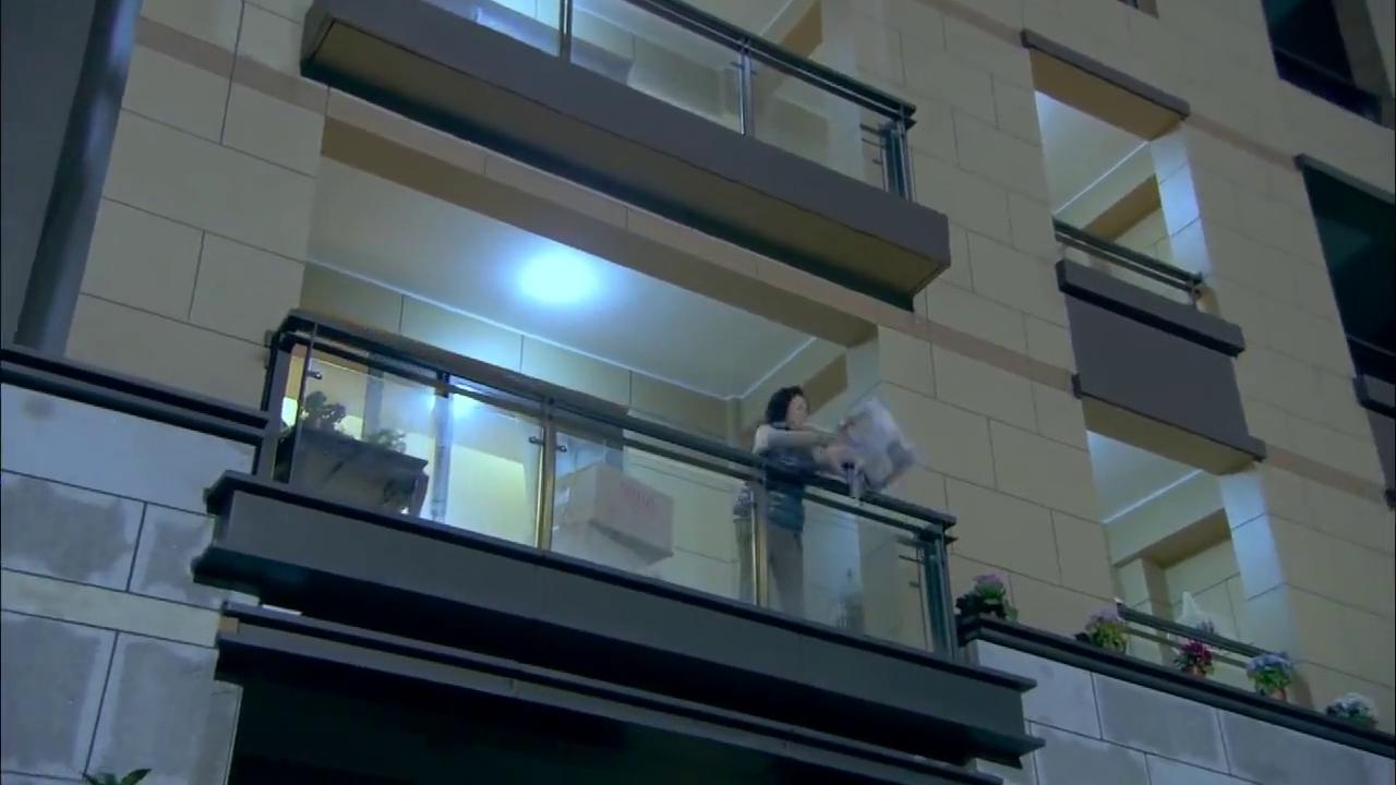 李老来阳台放花,哪料又碰到凤姐,两人直接开吵真是冤家