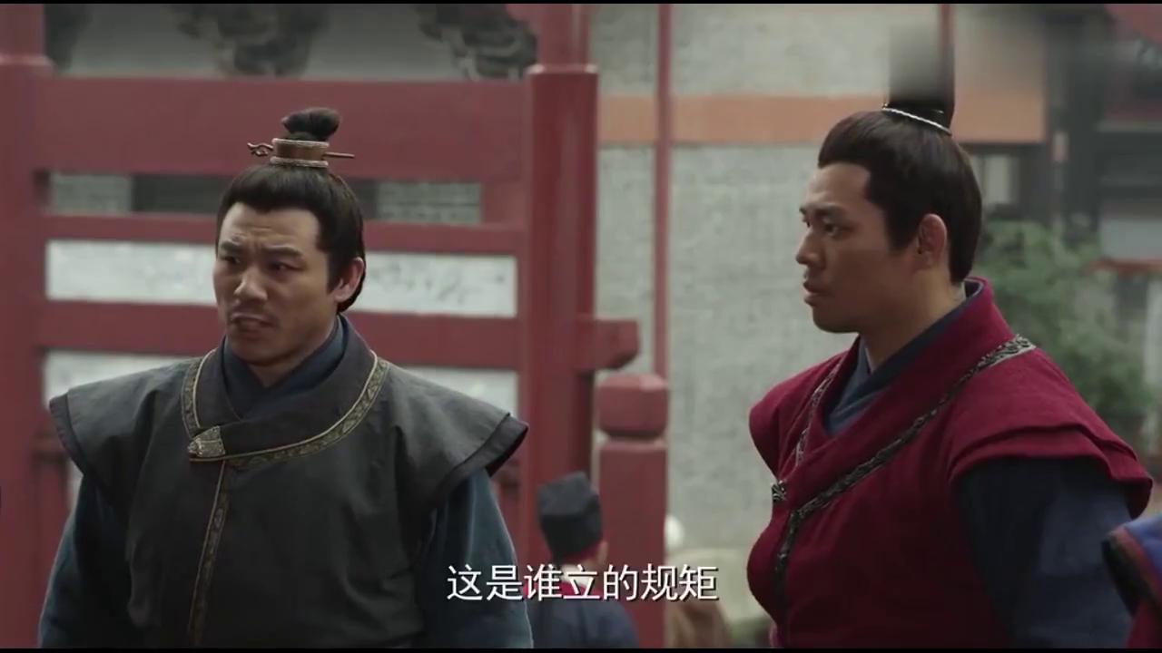 王超马汉把侍卫拦在门外,说开封府不需要侍卫,还说这是规矩
